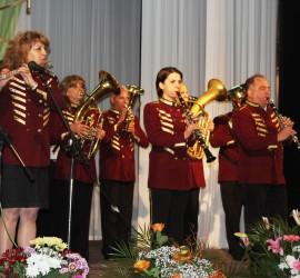 """И музикантите от духовия оркестър се включват в груповото изпълнение на """"Кой уши байряка"""". От ФК """"Оборище"""" също са съпричастни"""