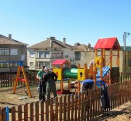 Три нови детски площадки в Панагюрище