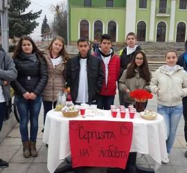 Младите червенокръстци раздаваха валентинки и хубави пожелания