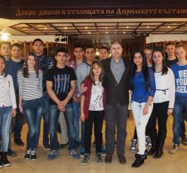 """16 ученици получиха стипендии по проекта """"Образование за всички"""""""