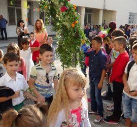 За над 100 първокласници от община Панагюрище е поискана еднократна целева помощ