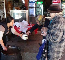 """100 литра топла супа бяха раздадени на днешния """"Приятелски обяд"""""""