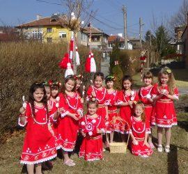 """В очакване на Баба Марта малчуганите от ДГ""""Първи юни"""" закичиха с мартенички дръвчетата в двора на детското заведение"""