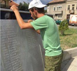 Иван Белишки, синът на панагюрския кмет Никола Белишки, реставрира и паметник на въстаника Петър Чардаков  в с. Попинци