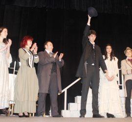 Млади театрали изправиха на крака публиката