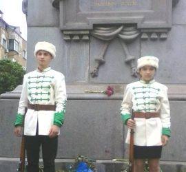 Млади възрожденци от Панагюрище на почетен караул пред паметника на Васил Левски в София