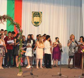 """ОУ""""Двайсти април"""" връчи удостоверенията за завършено основно образование на седмокласници и осмокласници"""