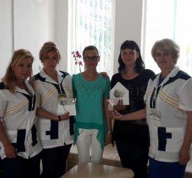 """Младото семейство Николета и Стоян Котларови дариха парите от букетите за сватбата си на ДЦДВХУ """"Дъга"""" и ДЦВХУ """"Св. св. Козма и Дамян"""""""