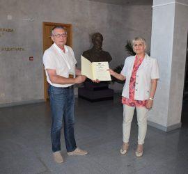 Исторически музей-Панагюрище получи ценна реликва от Ненка Куртакова, счетоводител в културната институция