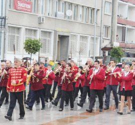Духови оркестри и мажоретни състави на парад в Панагюрище