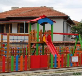 """Нова детска площадка в квартал """"Драгулин"""" в Панагюрище"""