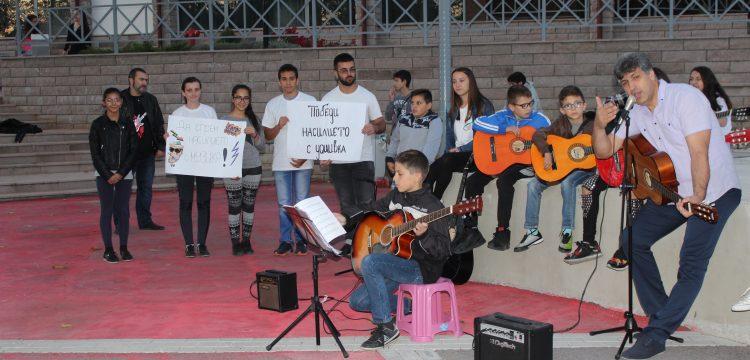 """Младежи от Панагюрище казаха """"не"""" на насилието с музика"""