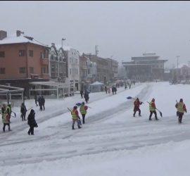 Продължава снегопочистването и опесъчаването в града и по населените места