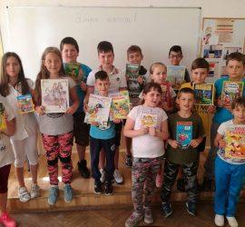 """Третокласници от ОУ""""Проф.Марин Дринов"""" дариха на своето училище """"Къщичка на книгата"""""""