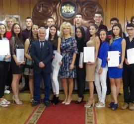 """Кметът Белишки връчи """"Златен ключ"""" на отличниците от Випуск 2018"""