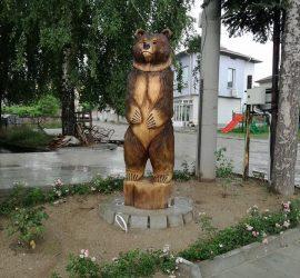 Двуметрова дървена скулптура на мечка краси центъра на с.Оборище