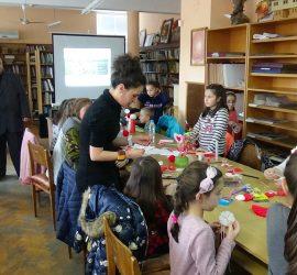 Деца твориха мартенички в библиотеката, една от тях подариха на посланика на Казахстан