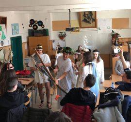 """Купидони с любовни стрели пронизваха сърцата в интердисциплинарния урок на деветокласници от СУ """"Нешо Бончев"""" на 14 февруари"""