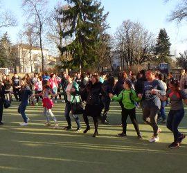 Бончевци от различни поколения заедно извиха голямо хоро днес в двора на училището
