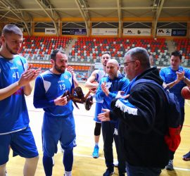 """Черешово топче подариха сините фенове от Панагюрище на баскетболния тим на """"Левски Лукойл"""""""