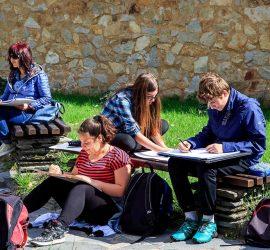 """Ученици от ОУ""""Двайсти април"""" рисуват в пленера """"Възрожденските къщи на Панагюрище"""""""