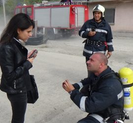 Пожарникар предложи брак на любимата си през огън и вода, под овации и вой на сирени