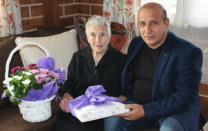 Кметът на община Панагюрище поздрави Мина Кекова за нейния 100-годишен юбилей