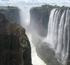 На 17 ноември 1855 г. Ливингстън открива водопада Виктория