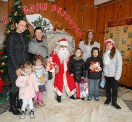 Дядо Коледа зарадва и децата в Баня