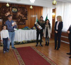 Ръководството на Община Панагюрище ориса първото бебе за 2020 година и последното за 2019г.