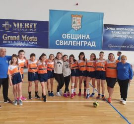 """14- годишните хандбалистки на ХК"""" Панагюрище"""" с две загуби и една победа от зоналния турнир в Свиленград"""