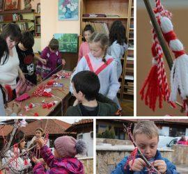 Деца изработиха красиви мартенички в библиотеката и окичиха с тях дърво на градския пазар
