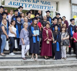 """За учениците от 12""""б"""" клас на Професионалната гимназия ритуалът по дипломирането завърши с последна родителско-ученическа среща"""