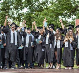 """40 зрелостници от СУ """"Нешо Бончев"""" получиха дипломите си. Отличниците са 17"""