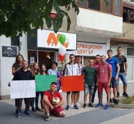 """Зрелостниците от 12 """"б"""" клас на ПГИТМТ поканиха класната си на абитуриентски бал с гайда"""