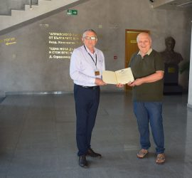 Проф. д.и.н Людмил Спасов с дар за библиотеката на Исторически музей-Панагюрище