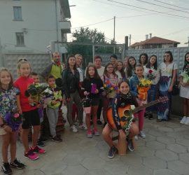 Деца изненадаха със серенада любимата си учителка Нона Немигенчева по случай нейния 70-годишен юбилей
