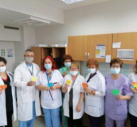 """Морален жест на подкрепа към лекарите: над 130 сърца с послания подариха на """"Уни Хоспитал"""" деца от Пирдоп"""