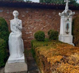 """Паметниците в двора на къща музей """"Райна Княгиня"""" бяха почистени основно. Това се извършва за първи път от поставянето на двете надгробия"""