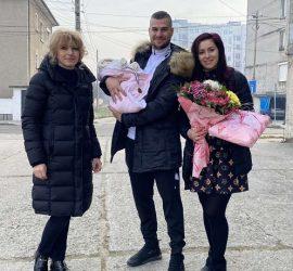 """""""Да бъдат здрави, да растат щастливи, обградени с любов"""", пожела заместник -кметът Галина Матанова  на първото бебе за 2021г. и последното за 2020г. на община Панагюрище"""