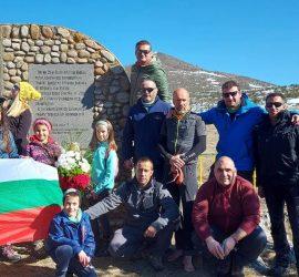 """Туристи поднесоха венец пред паметника на ген. Дандевил и загиналите руски воини под връх """"Етрополска баба"""""""