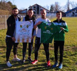 """Двама млади футболисти на """"Оборище"""" откупиха фланелките в благотворителния търг, организиран от клуба"""