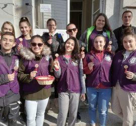 """Младежите от """"Лео клуб"""" зарадваха с цвете нежната половина от екипите на ДКЦ, МБАЛ""""Уни Хоспитал"""" и Филиала за спешна медицинска помощ в града"""