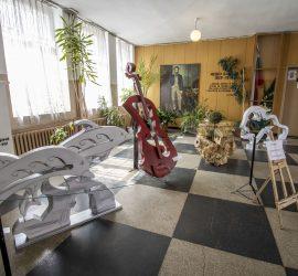 Преподавателят Марин Кушлов подреди изложба  дървопластика,  част от тазгодишните Бончеви празници