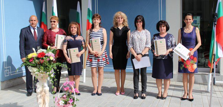 """Връчиха призовете за """"Учител на годината"""", """"За принос към бъдещето на Панагюрище"""" и """"За принос за културното развитие на община Панагюрище""""/видео/"""