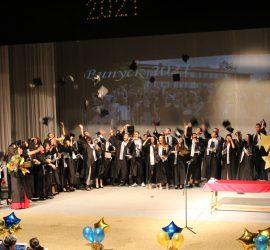 """45 зрелостници от СУ """"Нешо Бончев"""" получиха дипломите си на официална церемония. Отличниците са 26"""