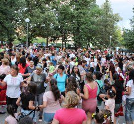 """Десетки любители на хората се събраха на лятната хоротека с ТШ """"Балканджии"""" в парка"""