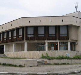 Ремонтират покрива на Театъра