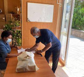 """Раздаването на фирмени подаръци за пенсионирани работници от """"Асарел-Медет"""" продължава"""