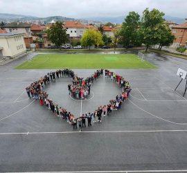 В Световния ден на сърцето: Априлци оформиха с телата си голямо сърце в двора на училището